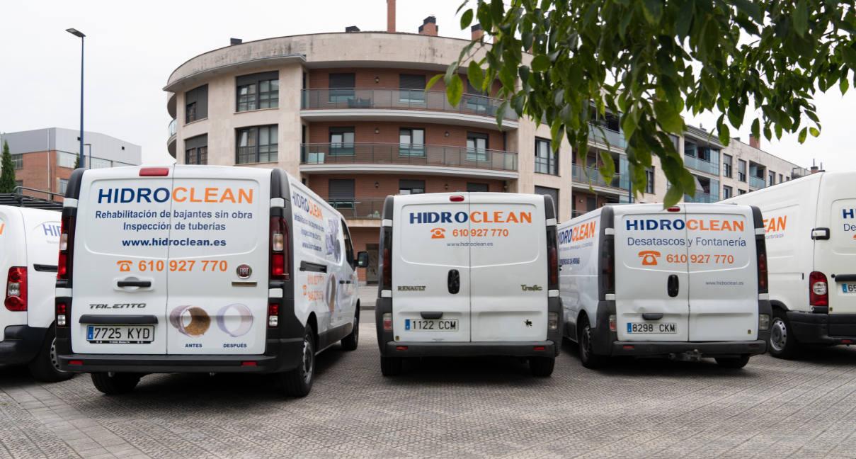 Flota de vehículos hidrolimpiadores de Hidroclean Bilbao equipados para el trabajo en redes de saneamiento
