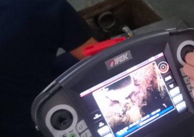 Detalles del monitor realizando inspección de tuberías con cámara