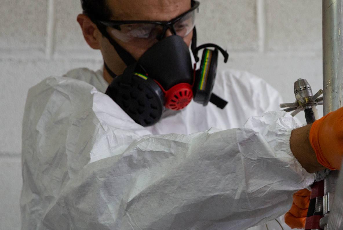 Técnico de Hidroclean Bilbao trabajando en la rehabilitación de tuberías y bajantes sin obras
