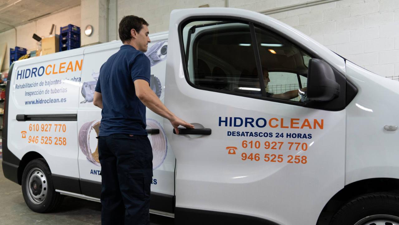 Técnico de Hidroclean Bilbao en servicio de urgencias para desatasco de tuberías
