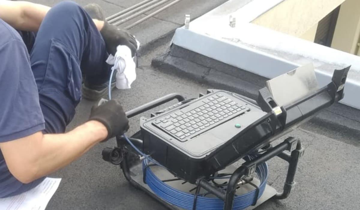 Inspección de tuberías con cámara TV desde el sumidero del tejado.