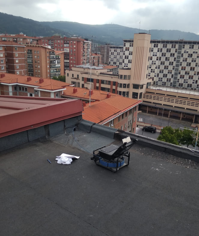 Localización de tubería rota con equipo de inspección TV desde el sumidero del tejado.