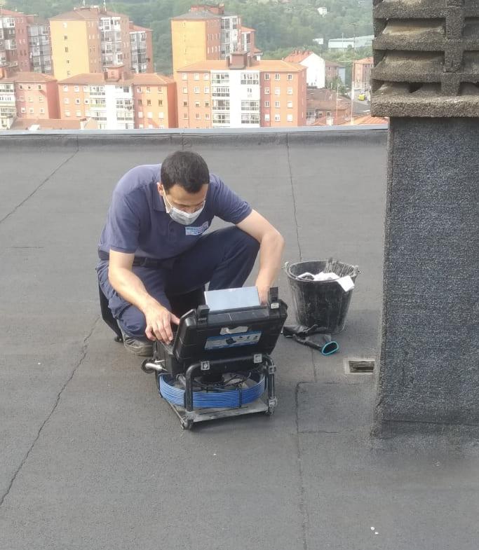 Técnico de Hidroclean con equipo de inspección de tuberías.